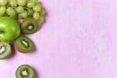 Composizione del kiwi, dell'uva e della mela Fotografia Stock