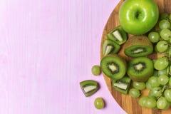 Composizione del kiwi, dell'uva e della mela Fotografia Stock Libera da Diritti