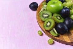 Composizione del kiwi, dell'uva e della mela Immagine Stock