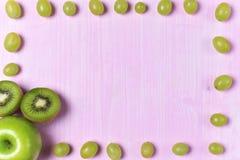 Composizione del kiwi e dell'uva Fotografia Stock Libera da Diritti