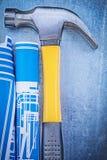 Composizione del martello da carpentiere blu dei disegni di ingegneria su metallico Fotografia Stock Libera da Diritti