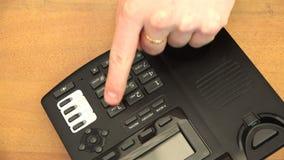 Composizione del numero di telefono facendo uso dei bottoni del telefono video d archivio