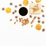 Composizione del nuovo anno o di Natale della decorazione, del contenitore di regalo del mestiere, dei dadi della mandorla e del  Fotografia Stock Libera da Diritti