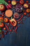 Composizione del prodotto vegetariano rosso: frutta, verdure e fagioli su fondo di legno Mele, pomodori, uva passa, ravanelli, pe Immagini Stock Libere da Diritti