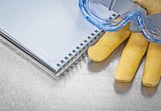 Composizione del quaderno dei guanti di cuoio dei vetri di protezione sul incontrato su Immagini Stock Libere da Diritti