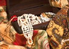 Composizione del tessuto eterogeneo e dei gioielli dell'annata nel vecchio che Fotografie Stock Libere da Diritti