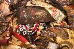 Composizione del tessuto eterogeneo e dei gioielli dell'annata nel vecchio che Immagini Stock