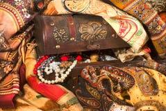 Composizione del tessuto eterogeneo e dei gioielli dell'annata nel vecchio che Immagine Stock Libera da Diritti