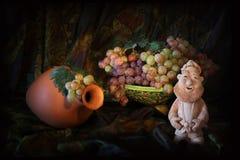 Composizione del vesel ceramico tradizionale dell'acqua dell'Uzbeco, del piatto ceramico e dell'uva Immagine Stock