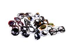 Composizione dell'parecchi occhiali da sole su un fondo leggero fotografia stock libera da diritti