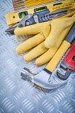 Composizione della costruzione le dei guanti di sicurezza del cuoio del martello da carpentiere Immagine Stock