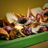 Composizione della mela asciutta, pera, fette delle albicocche Fotografie Stock Libere da Diritti
