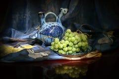 Composizione della nave del vino dell'Uzbeco e degli acini d'uva tradizionali Immagine Stock