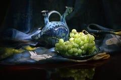Composizione della nave del vino dell'Uzbeco e degli acini d'uva tradizionali Immagine Stock Libera da Diritti
