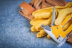 Composizione della pistola di cuoio della cucitrice meccanica dei guanti di sicurezza della cinghia dello strumento su me Fotografia Stock Libera da Diritti