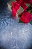Composizione della scatola naturale del presente della rosa sopra Immagini Stock