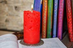 Composizione delle candele fatte a mano openwork rosse brucianti fra la c Immagini Stock