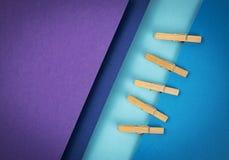 Composizione delle carte colorate e delle mollette per il bucato Fotografia Stock Libera da Diritti