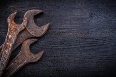 Composizione delle chiavi di chiave d'annata sul constructi di legno del bordo Immagini Stock
