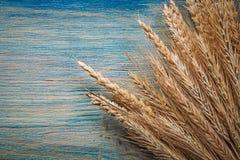 Composizione delle orecchie mature della segale del grano sul bordo di legno d'annata Fotografia Stock