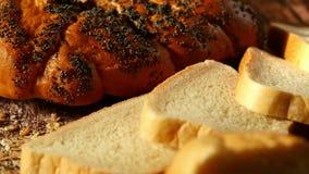 Composizione delle pasticcerie fresche su un fondo di legno Pane, panino, forno Agricoltura e forno stock footage