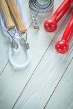 Composizione delle teste di legno della corda di salto che misurano nastro sul verro di legno Fotografia Stock Libera da Diritti