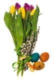 Composizione delle uova di Pasqua dipinte a mano, fiori, gattini, daffo Immagini Stock