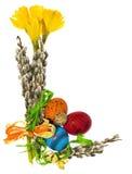 Composizione delle uova di Pasqua dipinte a mano, fiori, gattini, daffo Fotografie Stock Libere da Diritti