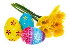 Composizione delle uova di Pasqua dipinte a mano, fiori, narcisi Fotografia Stock Libera da Diritti