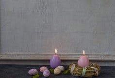 Composizione delle uova di Pasqua dipinte sulla tavola di pietra scura e sul fondo bianco d'annata della parete fotografia stock libera da diritti