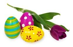 Composizione delle uova di Pasqua, fiori, tulipani Uova di Pasqua nel mult Fotografie Stock Libere da Diritti
