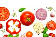 Composizione delle verdure, delle erbe e delle spezie isolate su fondo bianco Immagini Stock