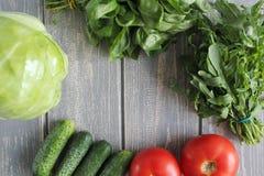 Composizione delle verdure sullo scrittorio di legno grigio Immagini Stock