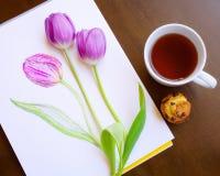 Composizione dello schizzo del tè in tensione tulipani di due e del tulipano viola e di mini dolce su fondo di legno Immagini Stock Libere da Diritti