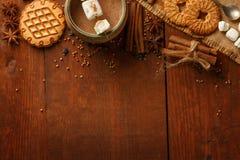 Composizione di cacao con la caramella gommosa e molle, biscotti del biscotto, anisetre Immagine Stock Libera da Diritti