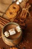 Composizione di cacao con la caramella gommosa e molle, biscotti del biscotto, anisetre Fotografia Stock