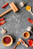 Composizione di cottura gli strumenti e delle spezie sul modello di vista superiore del tavolo da cucina Fotografia Stock