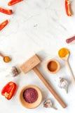 Composizione di cottura gli strumenti e delle spezie sul modello di vista superiore del tavolo da cucina Fotografia Stock Libera da Diritti