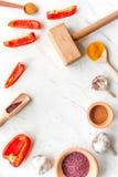 Composizione di cottura gli strumenti e delle spezie sul modello di vista superiore del tavolo da cucina Immagini Stock Libere da Diritti