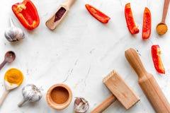 Composizione di cottura gli strumenti e delle spezie sul modello di vista superiore del tavolo da cucina Immagine Stock