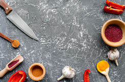Composizione di cottura gli strumenti e delle spezie sul modello di vista superiore del tavolo da cucina Fotografie Stock