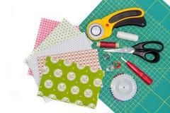 Composizione di hobby degli strumenti, degli oggetti e dei tessuti per imbottire Fotografie Stock Libere da Diritti