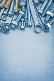 Composizione di metallo che ripara gli strumenti su metallico Fotografie Stock Libere da Diritti