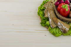 Composizione di pane e delle verdure sulla tavola di legno Fondo Fotografia Stock Libera da Diritti