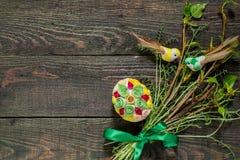 Composizione di Pasqua dei rami e delle uova verdi in techni quilling Fotografia Stock