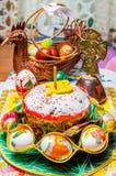 Composizione di Pasqua del dolce di Pasqua, delle uova dipinte e di altri elementi di Pasqua fotografia stock