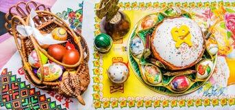 Composizione di Pasqua del dolce di Pasqua, delle uova dipinte e di altri elementi di Pasqua fotografia stock libera da diritti