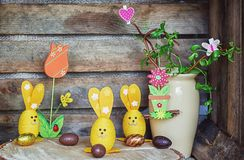 Composizione di Pasqua delle uova di Pasqua e dei coniglietti di pasqua, un contorcere Immagini Stock Libere da Diritti