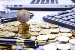 Composizione di soldi, della penna, della carta assegni, del calcolatore e della c finanziaria Immagine Stock