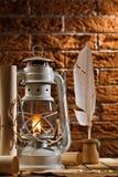 Composizione di vecchi elementi di scrittura e lampada di cherosene Fotografia Stock Libera da Diritti